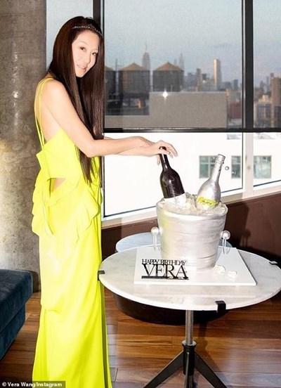 Вера Уанг позира пред тортата за рождения си ден, вдъхновена от водка и просеко, които тя произвежда. СНИМКА: Инстаграм