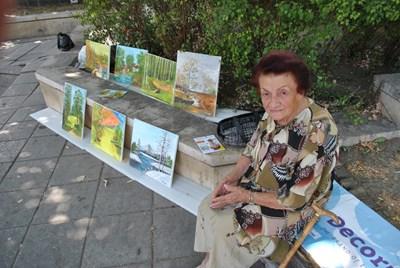 Леля Костадинка отново е на тротоара след цялата шумотевица  в нета - от вчера тя показва новите си творби.