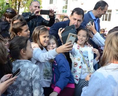 Иван Тотев си прави селфи с учениците.
