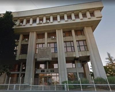 """Специализираната прокуратура ще трябва да се произнесе по скандалната поява на свастики и плакати с лика на Хитлер на метри от Съдебната палата в Бургас. Снимка """"Гугъл стрийт вю"""""""