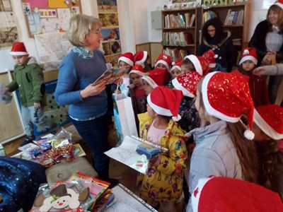 """Децата от ЦДГ """"Радост"""" на посещение в библиотеката"""