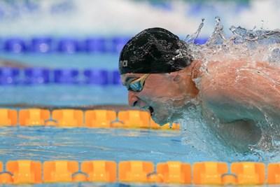 Йосиф Миладинов се е превърнал в истинска вълна по време на плуването в сериите на 100 м бътeрфлай на олимпийския басейн в Токио. СНИМКА: ЛЮБОМИР АСЕНОВ, LAP.BG
