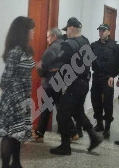 Заради Георги Вълев Съдебната палата в Бургас бе под засилена охрана. СНИМКИ: Авторката СНИМКА: 24 часа