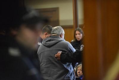 Петимата обвинени бяха конвоирани в съда от охранители, които пазеха фоторепортери да не ги заснемат. В гръб е Валентин Първанов. СНИМКА: Йордан Симeонов