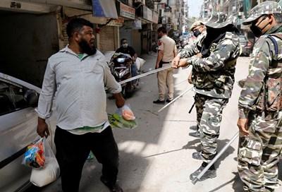 Индийски полицай бие с пръчка нарушител на карантината в Делхи. СНИМКА: РОЙТЕРС