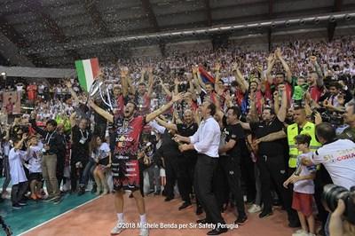 Бернарди пръска с шампанско капитана на отбора Лучано Де Чеко, който току що е вдигнал титлата на Италия.