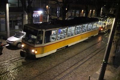 Почти празни пътуваха много от трамваите по време на извънредното положение. Трябва помощ от държавата за преодоляване на огромните загуби в пътническия транспорт, смятат синдикати и бизнес.  СНИМКА: Румяна Тонeва