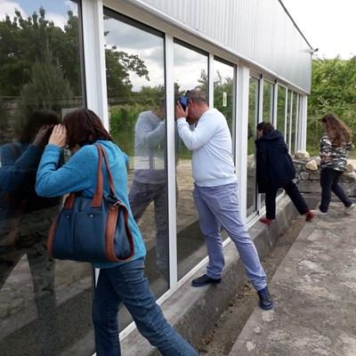 """Разочаровани туристи се взираха през прозорците да зърнат мозайките на римската вила """"Армира"""". Снимки: Авторът"""