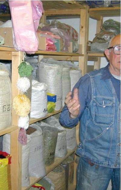 Никола Мангалджиев сред билките у дома си