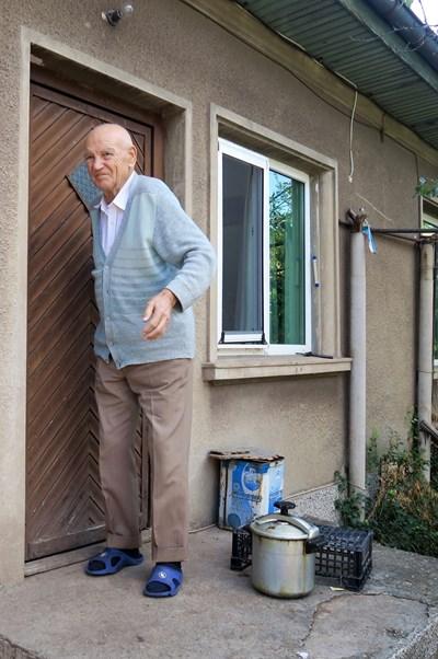 Макар и на 96 години, ген. Борис Тошков продължава да се грижи за родния си дом в с. Локорско, Софийско.