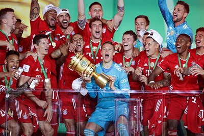 """Капитанът на """"Байерн"""" Мануел Нойер вдига трофея за победител в турнира за купата на Германия. СНИМКА: РОЙТЕРС"""