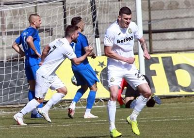 """Макрилос (№7) току-що е вкарал победния гол за """"Славия"""" срещу """"Арда"""" и негов втори в мача. Емил Виячки (№23) също ликува.  СНИМКА: РУМЯНА ТОНЕВА"""