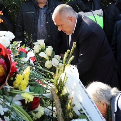 Бойко Борисов поднесе цветя пред паметника на Васил Левски в столицата СНИМКИ: Правителствена информационна служба