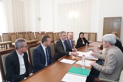 Лидерът на ДПС Мустафа Карадайъ внесе вчера за регистрация в ЦИК листата на партията за евроизборите.