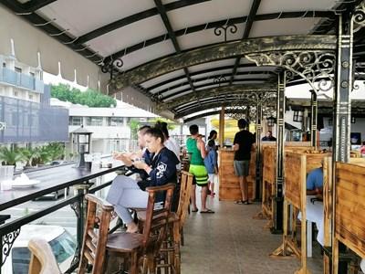 Ресторантът в един от хотелите в Слънчев бряг е обезопасен  с дървени прегради между масите.  СНИМКА: ЕЛЕНА ФОТЕВА