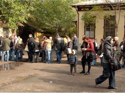 """Опашки от стотици хора се извиха в началото на ноември т.г. пред бюрата по труда. Желаещите чакаха да се запишат за поредния етап от схемата """"Аз мога"""", за да изучават безплатно определена специалност. Оказва се, че по същата схема обучителни школи прибират евросредства за обучение само по документи. СНИМКА: ПИЕР ПЕТРОВ"""