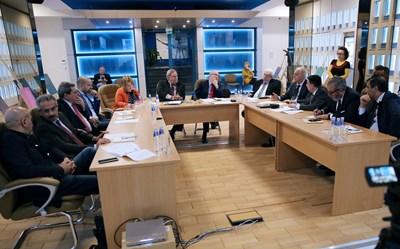 Представители на Световния съвет на информационните агенции на работна среща в София. В средата е Максим Минчев. СНИМКА: БТА