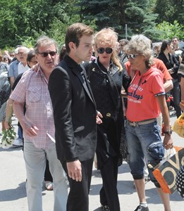 В средата - 21-годишният Кристиян Гуджунов и майка му Елжбета - втората съпруга на певеца
