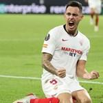 Лукас Окампос куфее след гола си срещу англичаните.