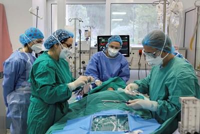 Лекари правят трахеостомия на пациент в Атина.