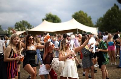 Жители на Лондон се забавляват на фестивал след отпускането на мерките. СНИМКА: СНИМКА: РОЙТЕРС