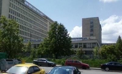 """Двама от пострадалите от катастрофата, докарани в столичната болница """"Св. Анна"""", са полицаи. Снимка Архив"""