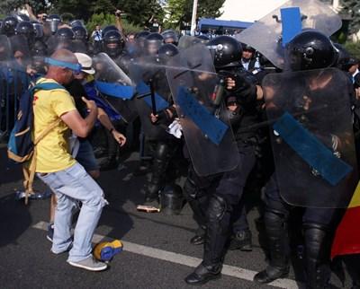 Жандармеристите използваха сълзотворен газ, за да разпръснат демонстранти, които блокираха движението по два от големите булеварди. Снимка РОЙТЕРС