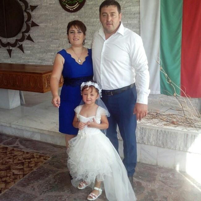 Новият шеф на ДПС в Исперих Ариф Ахмед позира за снимка със съпругата и детето си.