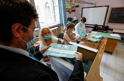 На 20 и 21 септември италианците гласуваха успоредно и на регионални избори в седем области.