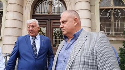Превозвачът Петко Ангелов и кметът Здравко Димитров след края на преговорите, продължили близо 2 часа.