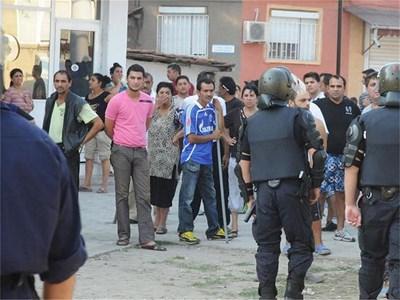 Близо 1000 младежи се събраха в Аджисан махала. Срещу тях пък бяха 300 жители от квартала. Жандармеристи и полицаи ги охраняваха и до конфликти между двете групи не се стигна. СНИМКА: СТОЯН ИЛИЕВ