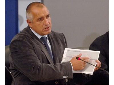 Премиерът Бойко Борисов показва графика какво ще се случи, ако не се направи пенсионна реформа и до какво води националното споразумение. .  СНИМКИ: ПАРСЕХ ШУБАРАЛЯН