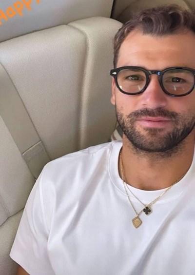 По време на полета от Ница до британската столица Гришо си пусна снимка с очила.