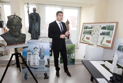 Д-р Милен Врабевски показва част от проектите за визията на паметник на цар Самуил СНИМКА: Румяна Тонeва