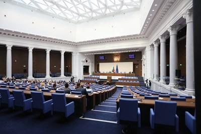 Депутатите от БСП и ДПС не участват в регистрацията за начало на заседанието на НС. СНИМКА: Николай Литов