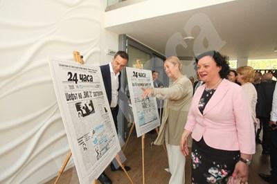 """На влизане за дискусията екоминистърката Ивелина Василева разгледа изложбата от 25 исторически първи страници на в. """"24 часа"""" СНИМКА: 24 часа"""