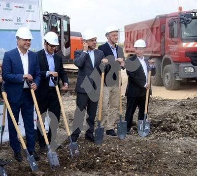 Вицепремиерът Томислав Дончев и министърът на икономиката Божидар Лукарски правят първа копка на завода край Димитровград. СНИМКА: 24 часа