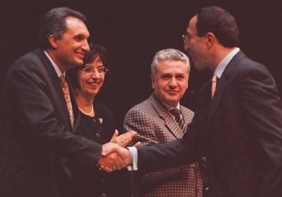 Бисеров се радва отстрани на ръкостискането на Костов като премиер и Петър Стоянов като президент.