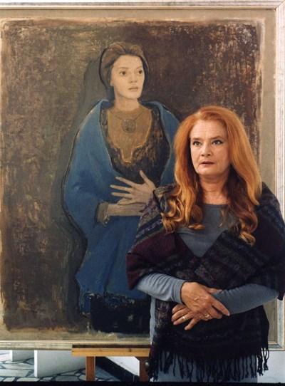 """Виолета Гиндева пред портрета си, изобразяващ я в ролята й от филма """"Князът""""."""