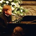 Елтън Джон пее пренаписана версия на песента си  'Candle in the wind' в знак на почит към Даяна  на нейното погребение в лондонското абатство Уестминстър, 6 септември 1997 г. Снимка: Ройтерс