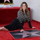 Актрисата позира пред своята звезда на холивудската Алея на славата. СНИМКИ: РОЙТЕРС