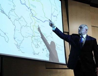 Премиерът Бойко Борисов показва карта с бъдещите магистрали и скоростни жп линии в Западните Балкани на инвестиционен форум в Лондон, организиран от ЕБВР.