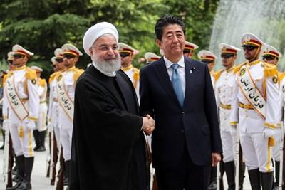 Хасан Рохани и Шиндзо Абе в Техеран  СНИМКА: Ройтерс