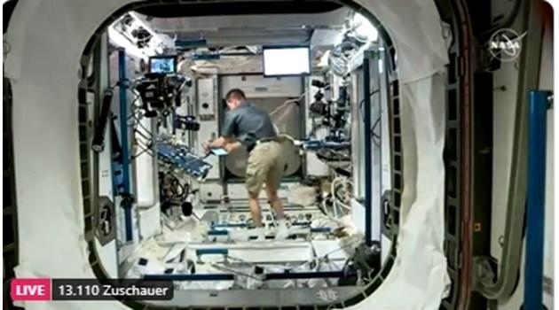Капсулата на SpaceX успешно се скачи с Международната космическа станция (На живо)