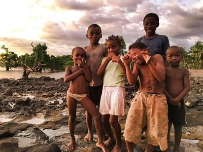 Въпреки трудния си живот децата в Анджимаранго също обичат да се смеят, да се закачат помежду си и да играят на неразбираеми за възрастните игри.