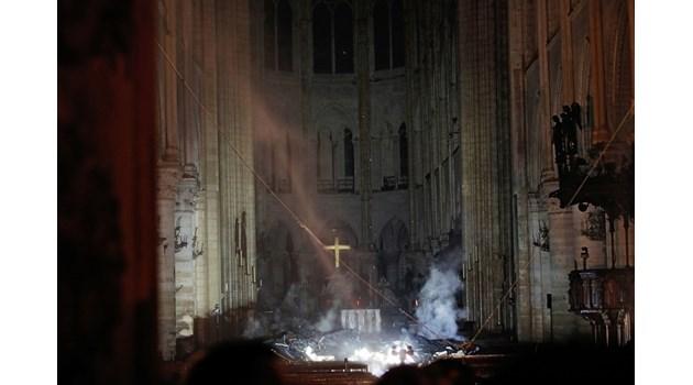 """Опасността от пожара в """"Нотр Дам"""" е неутрализирана, има съмнения как ще оцелее"""