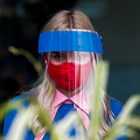 Сервитьорка с шлем срещу COVID-19 СНИМКА: РОЙТЕРС