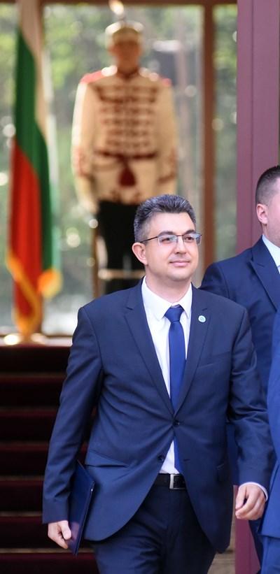 Пламен Николов излиза от президентството вече натоварен с мандат да състави правителство.  СНИМКА: ВЕЛИСЛАВ НИКОЛОВ