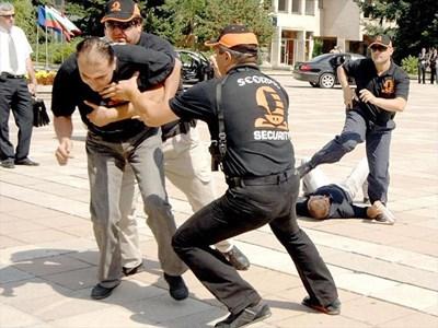 Частни охранители тренират опазване на нападнат бизнесмен.   СНИМКА: АРХИВ