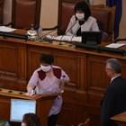 Трибуната, от която се изказват депутатите, беше редовно дезинфекцирана.  СНИМКИ: НИКОЛАЙ ЛИТОВ
